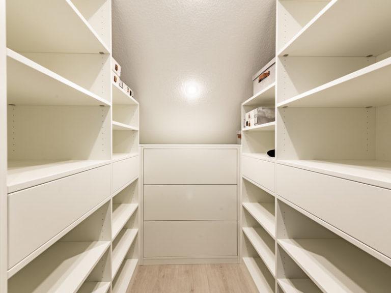 Ankleide Dachgeschoss in weiß auf Maß